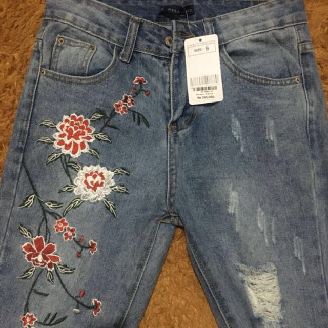 Nyla embroidery ripped jeans freong