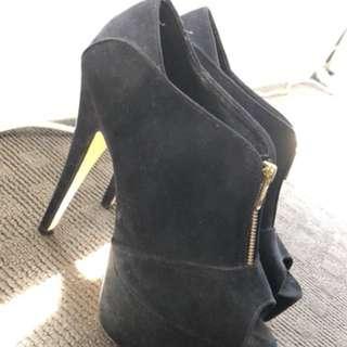 Stiletto heels with gold zip