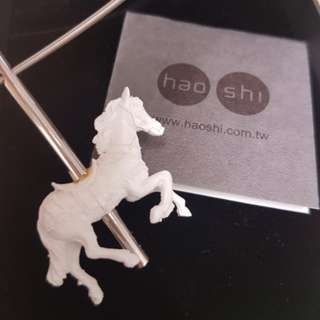 Haoshi white horse necklace