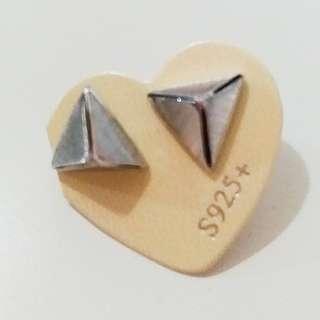 新年減價,貨品折扣75折起。立體三角耳環925,韓國款式