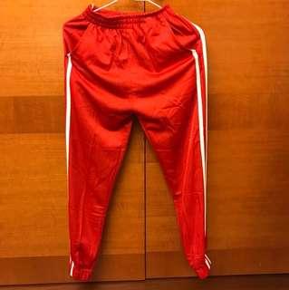 紅色緞面束口運動褲