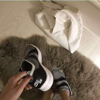小安著用 Nike sock racer