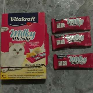 Vitakraft milkh melody: Milk and cheese treat paste puree purree