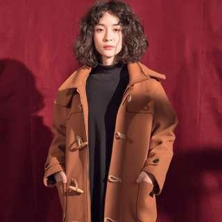 獨家經典好品質牛角木扣連帽焦糖長大衣外套