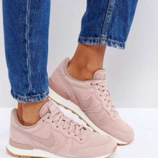 NIKE INTERNATIONALIST SE SUEDE EDITION IN PARTICLE PINK