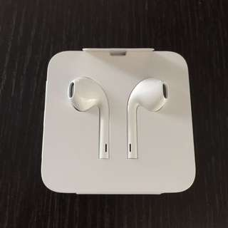 包郵! 全新原裝正版 EarPods Apple Iphone 耳機蘋果 Lightning 接頭 / 3.5mm 圓插轉換器adapter / earphone / headphone / hand free - 實物圖