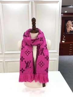 LV Louis Vuitton 路易威登 圍巾 披肩 圍巾Logomania 圍巾 圍巾一面為溫暖的羊毛,一面為柔軟的真絲。94%羊毛 6%真絲 尺寸17430cm