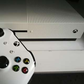 Xbox One S 1TB 2 controllers