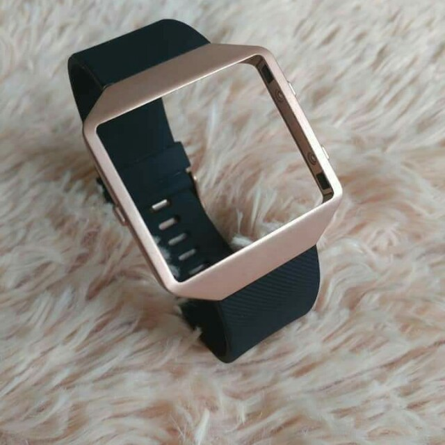 Special edition straps with rose gold buckle for that glam night attire. Paired up with the ionic-inspired rose gold frame, it tones down the sporty vibe of the Fitbit Blaze and gives it a more cocktail/wine-night feel