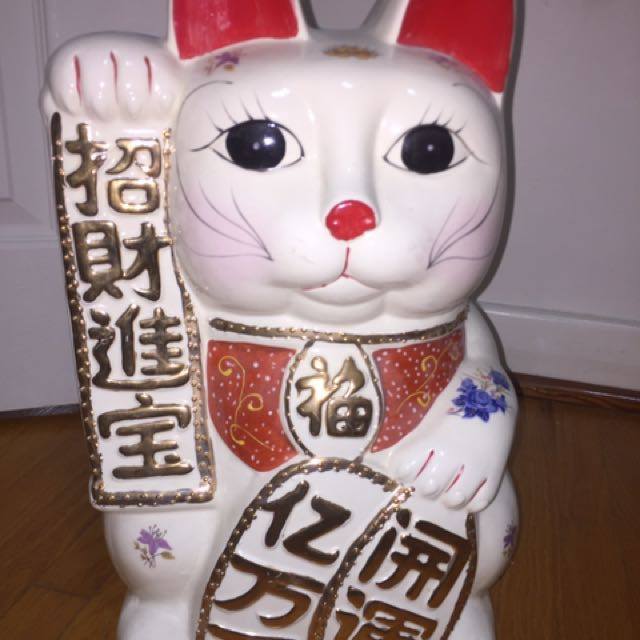 Welcoming lucky cat bank