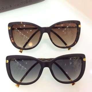正版LV 镜腿折叠款,明天到货各一副,找我价格优惠太多,这款有哈气LV  logo 镜片,折叠镜腿, 好东西可以从细节看出,特别是五金和印字,只要你真的相信我的眼鏡係正品,我半價發售