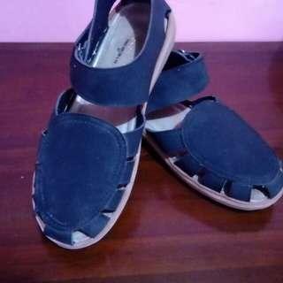 Sepatu sendal yongki komaladi warna hitam