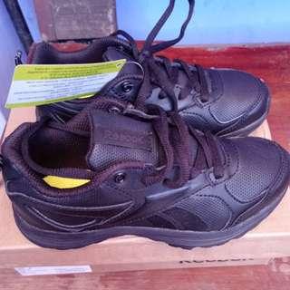 Sepatu reebok size 30..ori..baru..jual karena kekecilan. Warna hitam