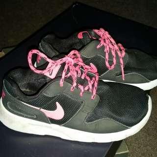 Girl's Roshe sneakers