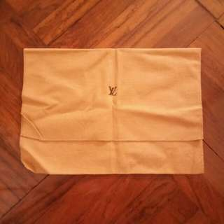 Lv dust bag no dmage..no stain almost new...lenght  18.4inches when its open...width is 14.5 inches