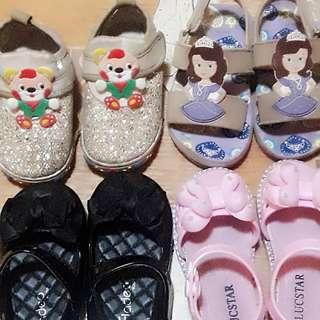 Sepatu anak perempuan dijual 4pcs..cepe dan minimal pembelian 2pcs gocap..anak usia 1-2 thn size warna hitam 22. Yg lain nya Size 24