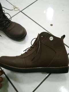 Sepatu semi boots brodo avail, uk 40.