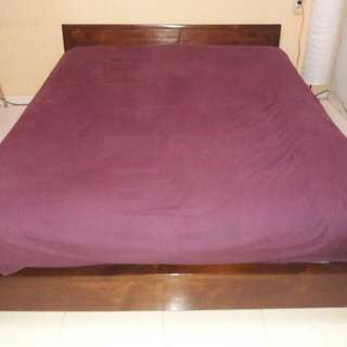 Tempat Tidur Queen Size