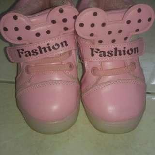 Sepatu kets anak perempuan
