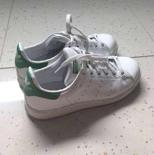 white/ green adidas stan smiths