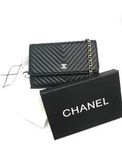 Sling bag Chanel 33814#1  Kwalitad   semi premium, bahan kulit Lambskin tebal warna Black Motif V UK 20x5,5x13cm. Free box, Berat 600gr  H 250rb