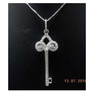 【D-W 香港鑽石世界】《精緻鑽石吊咀》全新18K白金22份 幸福之匙鑽石吊咀 --- 000243-25