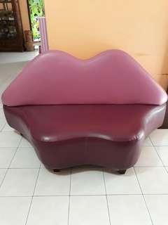 Sofa berbentuk bibir