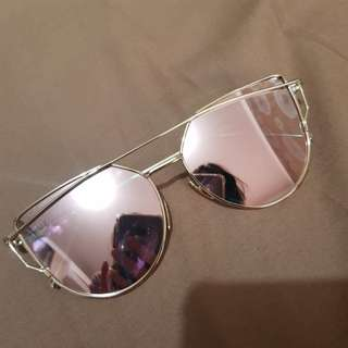 Rose gold mirror sunglasses in gold frame