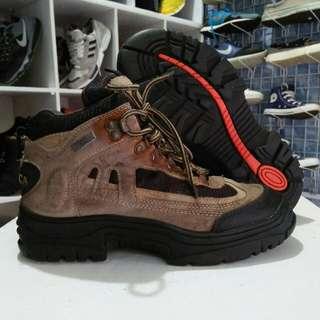 Sepatu gunung/adventure
