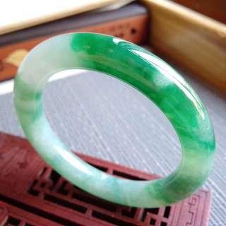 54圈口54.5*10.4*10.4mm特惠。冰糯種飄芙蓉陽綠圓條手鐲。色翠明豔,靚麗動人,條形圓潤飽滿,完美無紋裂,編號1839