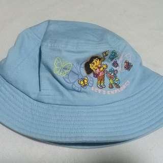 Dora hat..