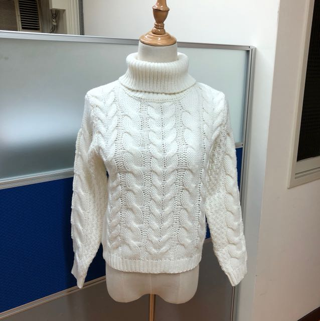 白色套頭針織毛衣