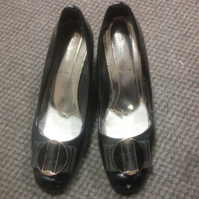 Sepatu kerja hitam wanita
