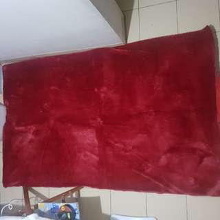 karpet bulu maroon