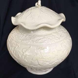 Late Qing Era white porcelain jar with cover made by well known artist Wang Ping Yong 38cm high c33cm Wide. 清代後期王炳荣制大罐萧河月下追韩信人物故事刻花。藝術價值高。少见藏品特价6000. 可以商议。item on offer.