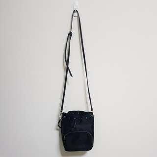 [百元]黑色尼龍肩背包
