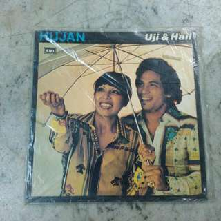 EMI Hujan Uji & Hail Black Record Vintage
