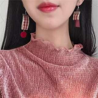 韓國 英倫風復古格紋不對稱設計毛球耳環