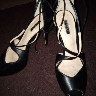 Sepatu hels GUESS