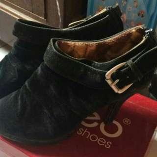 Sepatu Beludru Hitam