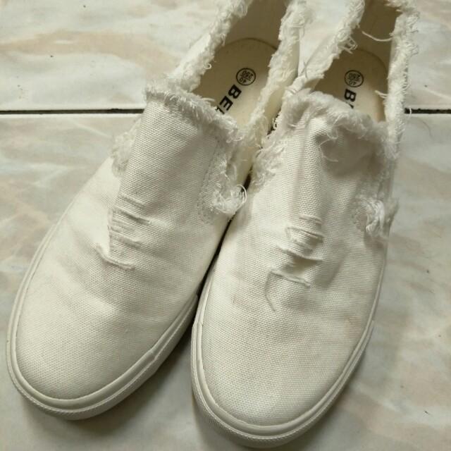 割破造型小白鞋