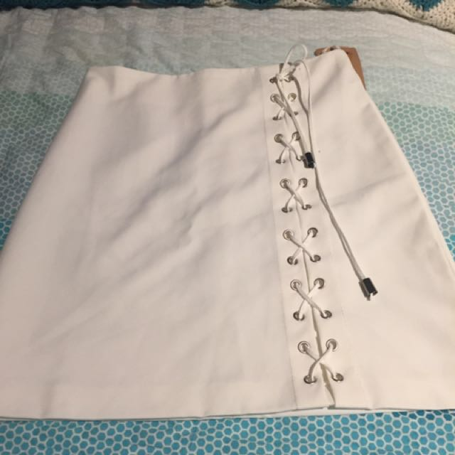 White skirt size 6 fits an 8