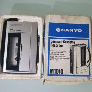SANYO M1010 有問題 入電可轉動播放,但用耳筒輸出是,大細聲 後面內置喇叭發聲,顯示燈不亮,電池倉有少少生秀,$100元,不包卡帶,耳筒,電池