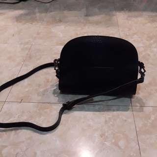 Tas tangan hitam merk mango