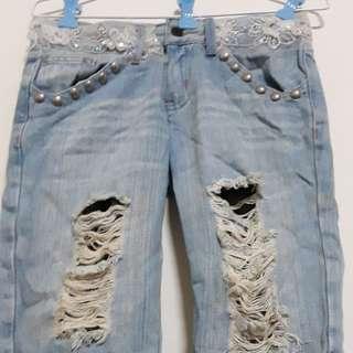 刷破及膝牛仔褲,刷破處內有雕花