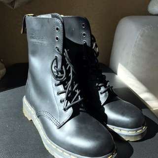 Dr. Martens 1490 Original black leather boots