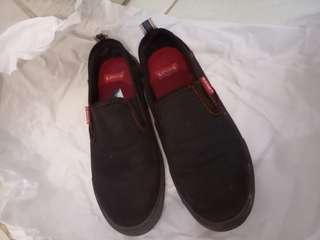 Sepatu Hitam Levis