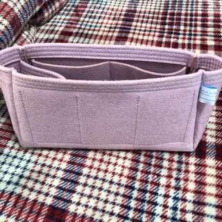 🚚 粉紫色 羊毛氈材質 當包包內袋非常適合 讓您的包變更挺 更好收納 尺寸寬30高15底9 只用2-3次很新 原價1千多