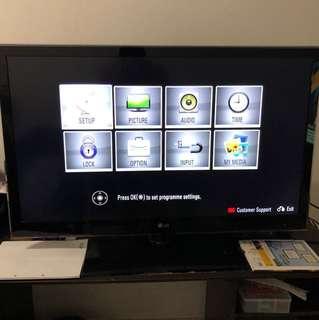 "LG 3D led TV , 42"" includes 3d glasses and original remote"