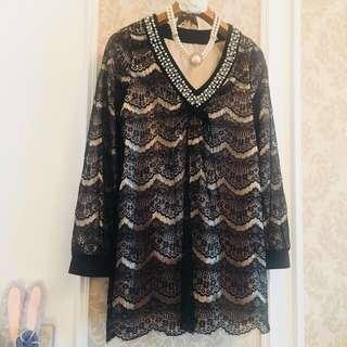黑色滿載全蕾絲香檳金襯底 緹花織紋簍空雕 大V領珍珠串珠華麗加工繡飾 長袖長版美衫